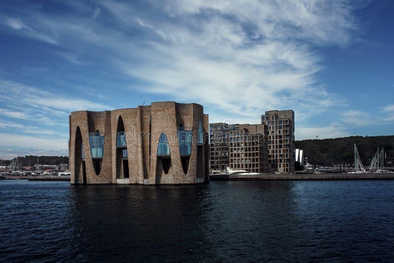 Landschap van gebouwen dichtbij de pijler Jacht op de achtergrond van nieuwe gebouwen denemarken stock afbeelding