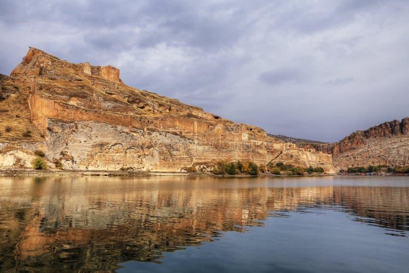 Landschap van Halfeti in de voorgrond Euphrates River en Gedaalde Moskee Sanliurfa, Gaziantep in Turkije stock afbeeldingen