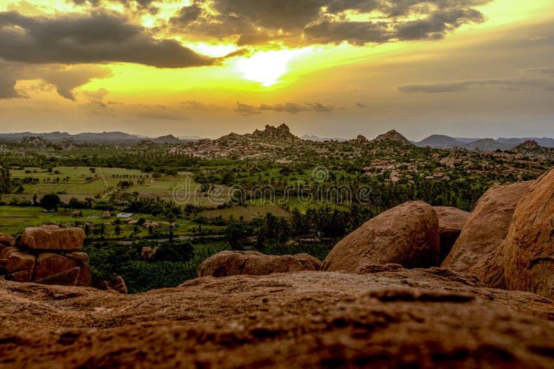 Landschap van Hampi-stad in het punt van de de zonsondergangmening van India van steenstad royalty-vrije stock foto's