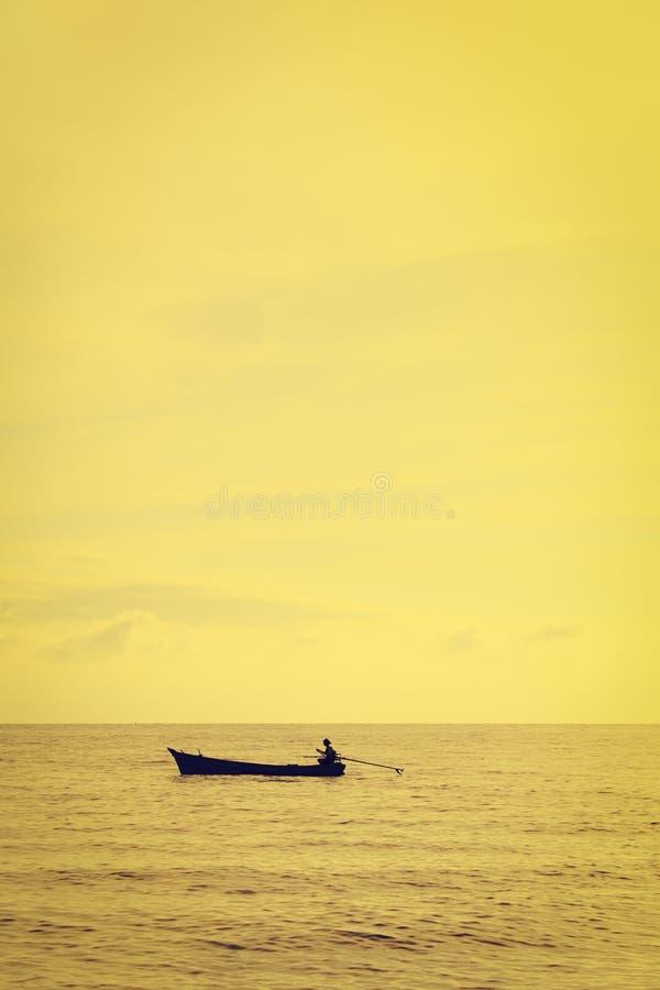 Landschap van hemel en overzees dat kleine vissersboot in ochtend heeft (uitstekende stijl) stock afbeeldingen