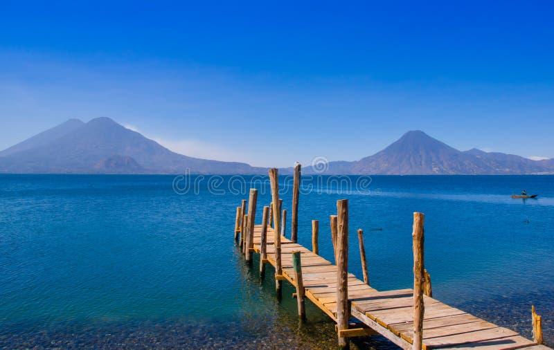 Landschap van het Atitlan-Meer met een pijler door vissers dicht bij Panajachel wordt gebruikt die stock afbeeldingen