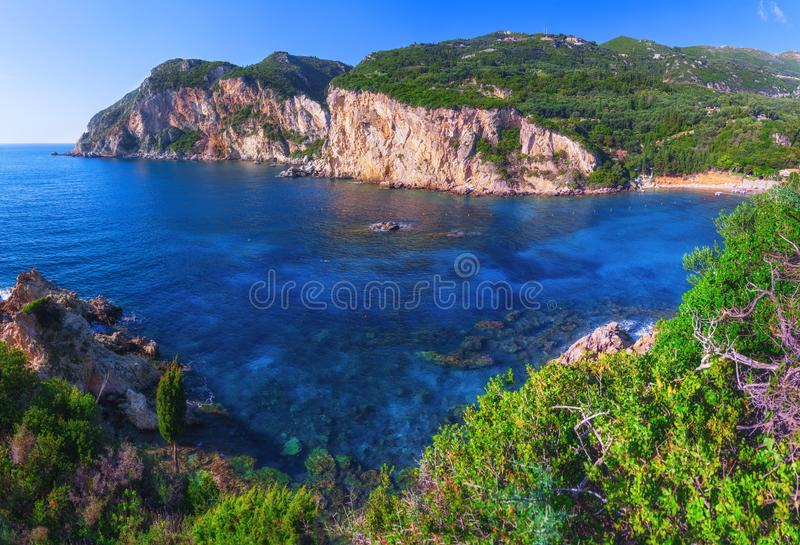Landschap van het beroemde strand van Paleokastritsa in dichte baai met cryst royalty-vrije stock foto's