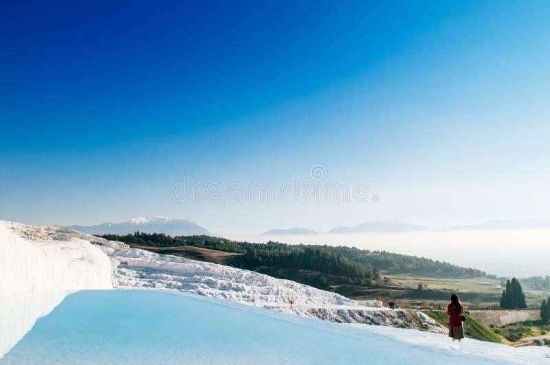 Landschap van het kalksteenterrassen van Travertijnpools in Pamukkale, stock foto