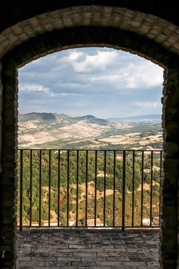Landschap van het kasteel in het historische centrum van Calitri wordt gezien die royalty-vrije stock foto