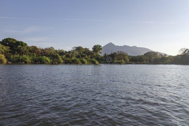 Landschap van het meer van Nicaragua met bergen stock afbeeldingen