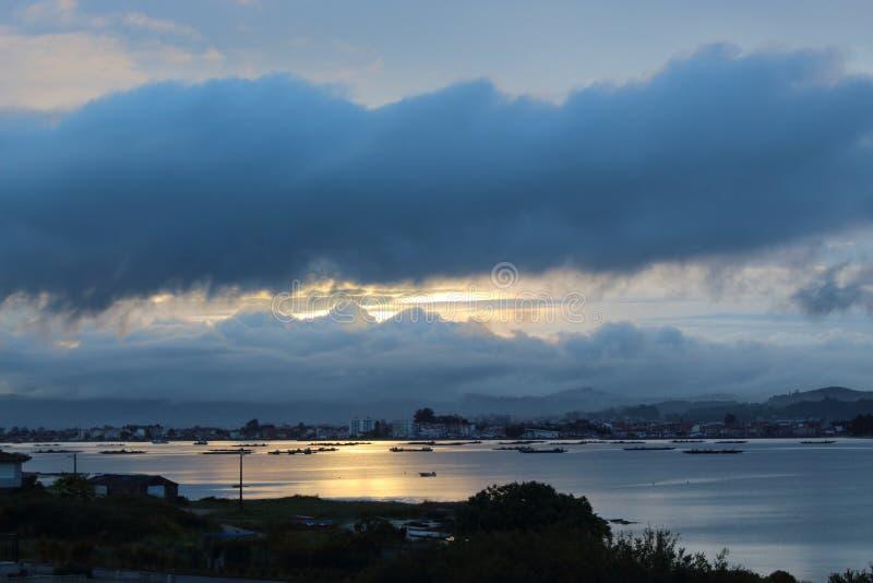 Landschap van het overzees en de stormachtige zonsopgang over de stad royalty-vrije stock afbeeldingen