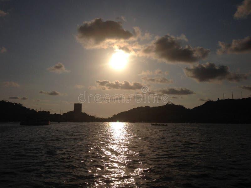 landschap van het traditionele gebied in de Baai van Acapulco, in een zonsondergang royalty-vrije stock afbeelding