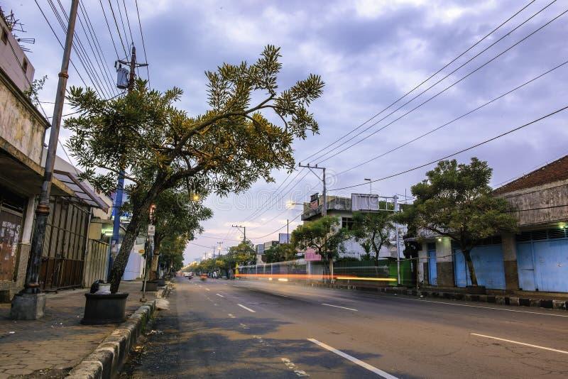 Landschap van hoofdweg in Purwokerto stock foto