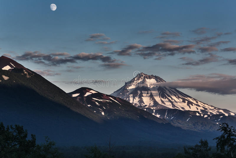 Landschap van Kamchatka: avondmening van Viluchinsky-Vulkaan royalty-vrije stock fotografie