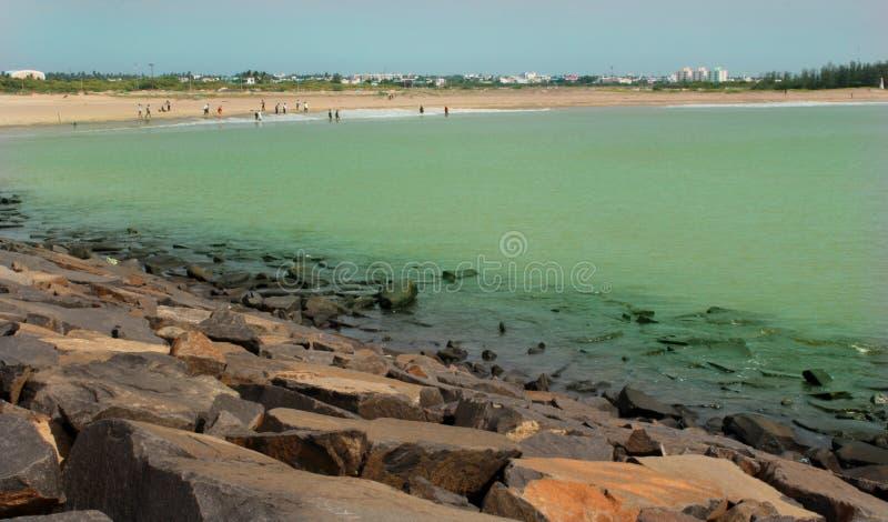 Landschap van karaikal strand met steenmanier royalty-vrije stock fotografie