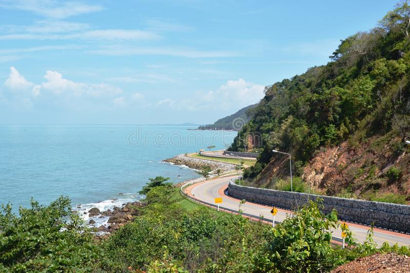 Landschap van krommeweg en overzees van de heuvel toneelpunt van Nang Phaya in Thailand royalty-vrije stock afbeeldingen