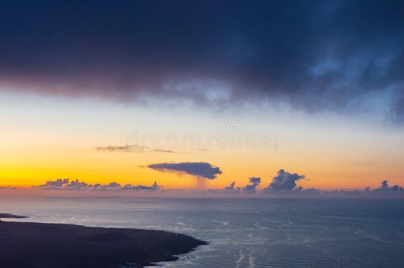 Landschap van Lanzarote kustlijn bij zonsondergang stock fotografie