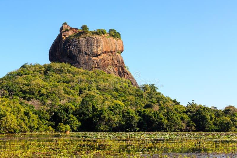 Landschap van leeuwrots en meer in Sigiriya, Sri Lanka stock afbeelding