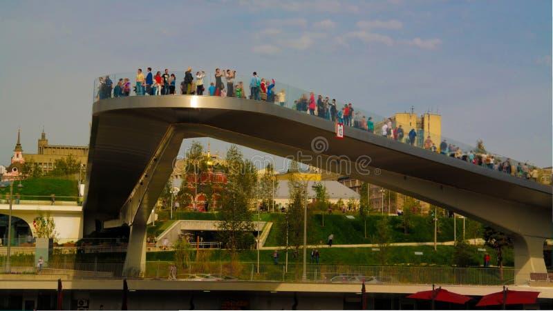 Landschap van modern park Zaryadye en stijgende voetbrug, Moskou, Rusland royalty-vrije stock afbeeldingen
