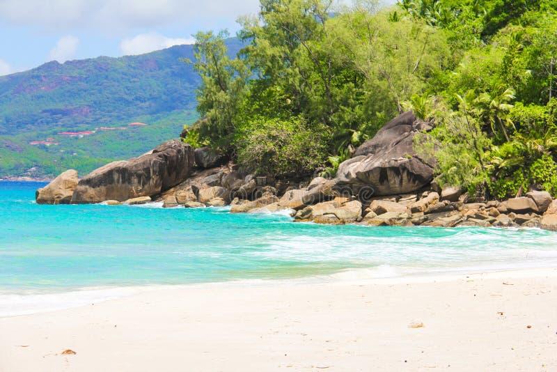 Landschap van mooi exotisch tropisch strand bij stock afbeeldingen