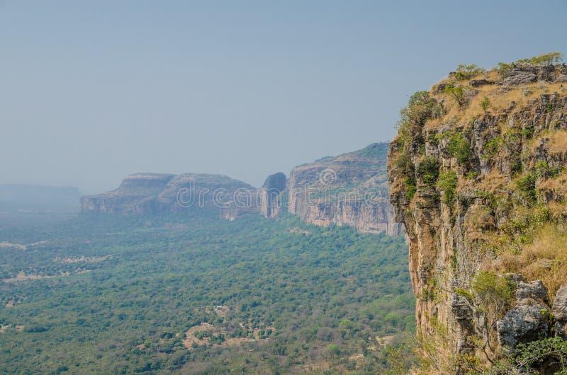 Landschap van mooie Doucki-Canion in de hooglanden van Fouta Djalon tijdens Harmattan-seizoen wordt geschoten, Guinea, West-Afrik stock fotografie