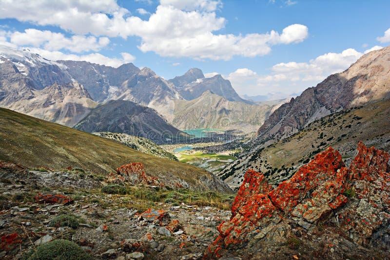 Landschap van mooie rotsachtige Ventilatorbergen en Kulikalon-meren in Tadzjikistan stock fotografie