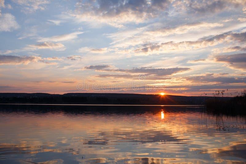 Landschap van mooie zonsondergang in lentetijd over meer royalty-vrije stock fotografie