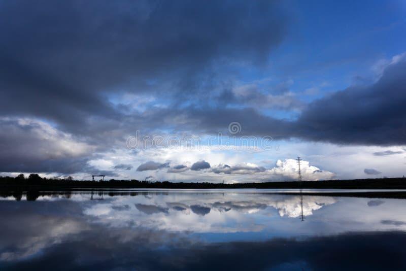 Landschap van nachthemel Mooie heldere volle maan en bewolkte bovengenoemde silhouetten van bomen, riviergebied De achtergrond va stock foto