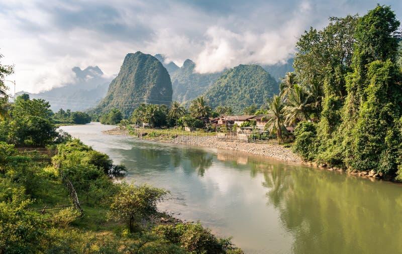 Landschap van Nam Song River stock afbeelding