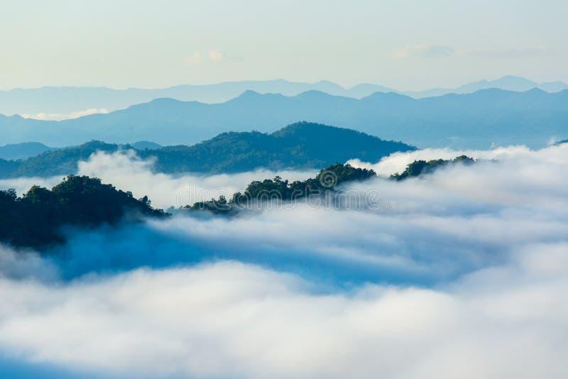 Landschap van Ochtendmist met Berglaag bij het noorden van Thailand royalty-vrije stock afbeeldingen