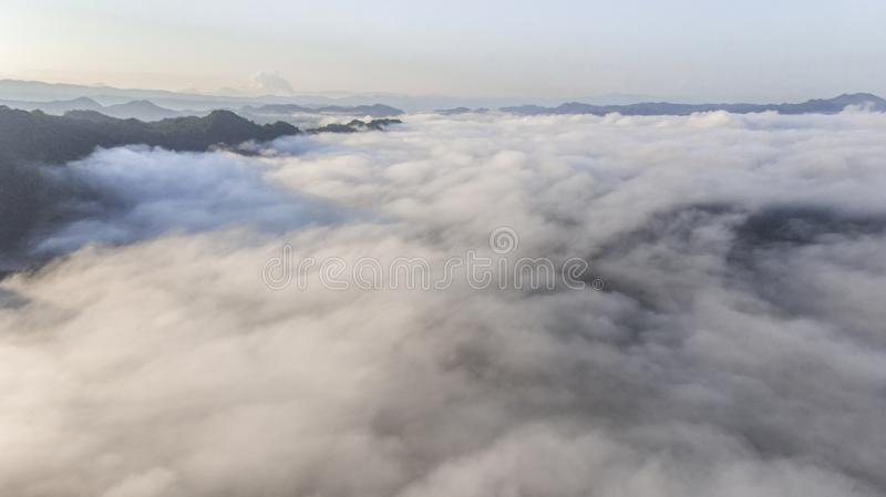 Landschap van Ochtendmist met Berglaag bij het noorden van Thailand stock afbeeldingen