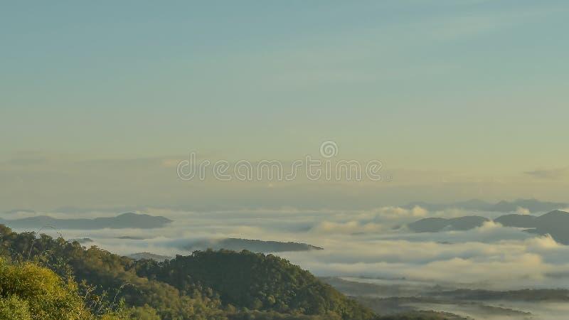Landschap van Ochtendmist met Berglaag in Mae Yom National Park, Phrae-provincie stock fotografie
