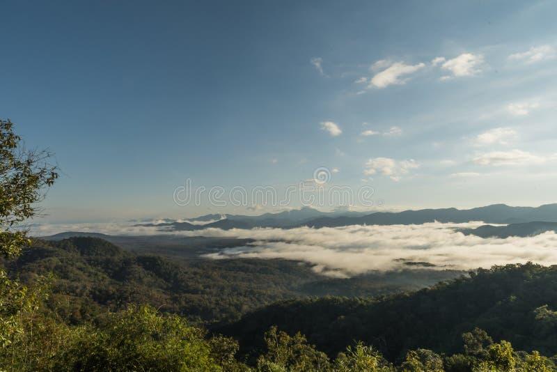 Landschap van Ochtendmist met Berglaag in Mae Yom National Park, Phrae-provincie stock afbeelding