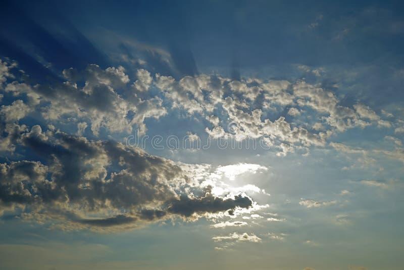landschap van ochtendwolken in de hemel van Paros, het eiland van Cycladen, Griekenland stock afbeelding