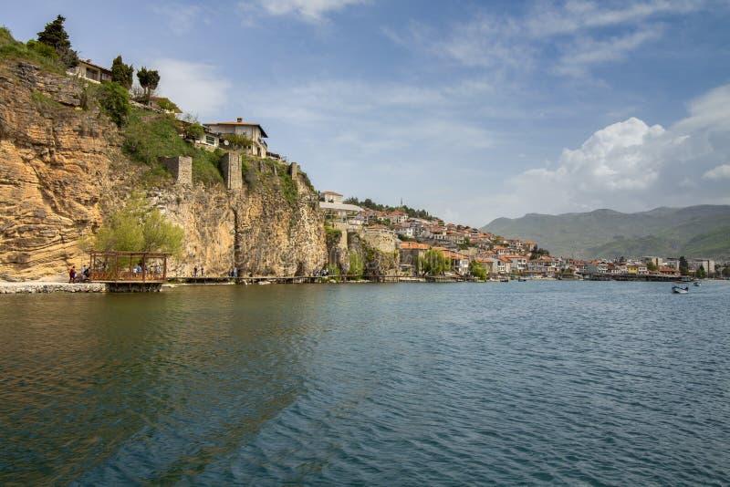 Landschap van Ohrid-Meer die de Oude Stad overzien Tegen een mooie bewolkte hemel Noordelijk Macedonië royalty-vrije stock afbeeldingen