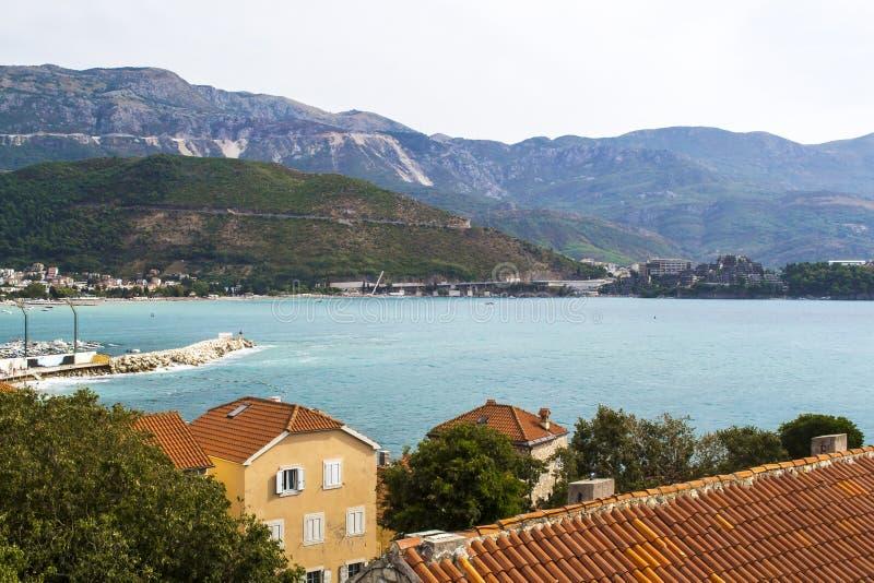 Landschap van Oude stad Budva: Oude muren en rood betegeld dak Montenegro, Europa stock foto
