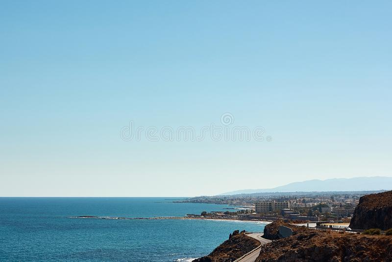Landschap van overzeese kust en hemel in het eiland van Kreta dichtbij Rethymno, Griekenland stock fotografie
