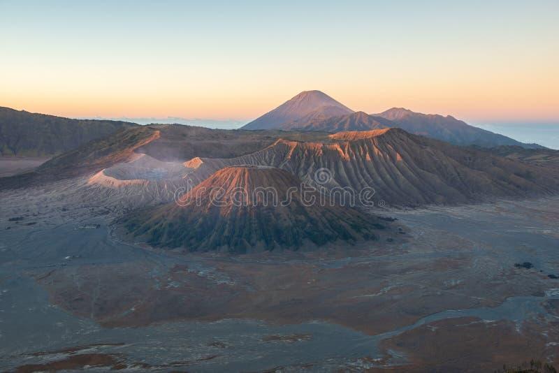 Landschap van piekbromo-berg op zonsopgang in Indonesië stock afbeeldingen