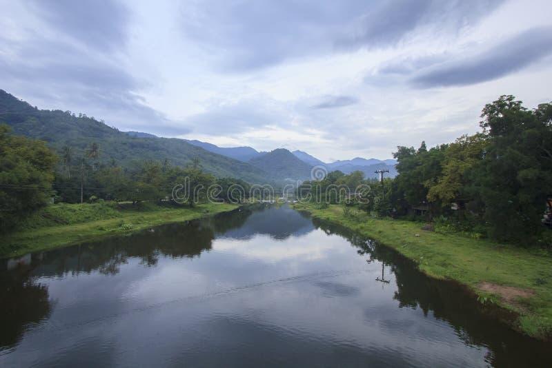 Landschap van rivier en bewolkte hemel; Het Dorp van Khiriwongfuit, Nakhon-Si Thammarat Thailand stock foto's