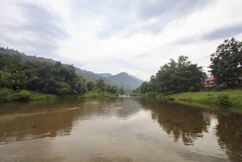 Landschap van rivier en bewolkte hemel; Het Dorp van Khiriwongfuit, Nakhon-Si Thammarat Thailand royalty-vrije stock foto
