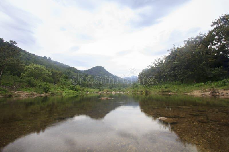 Landschap van rivier en bewolkte hemel; Het Dorp van Khiriwongfuit, Nakhon-Si Thammarat Thailand stock afbeeldingen