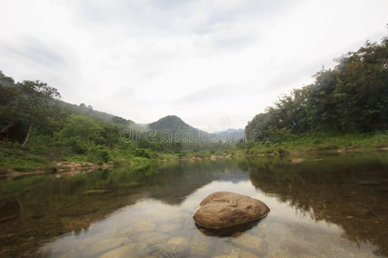 Landschap van rivier en bewolkte hemel; Het Dorp van Khiriwongfuit, Nakhon-Si Thammarat Thailand royalty-vrije stock afbeeldingen