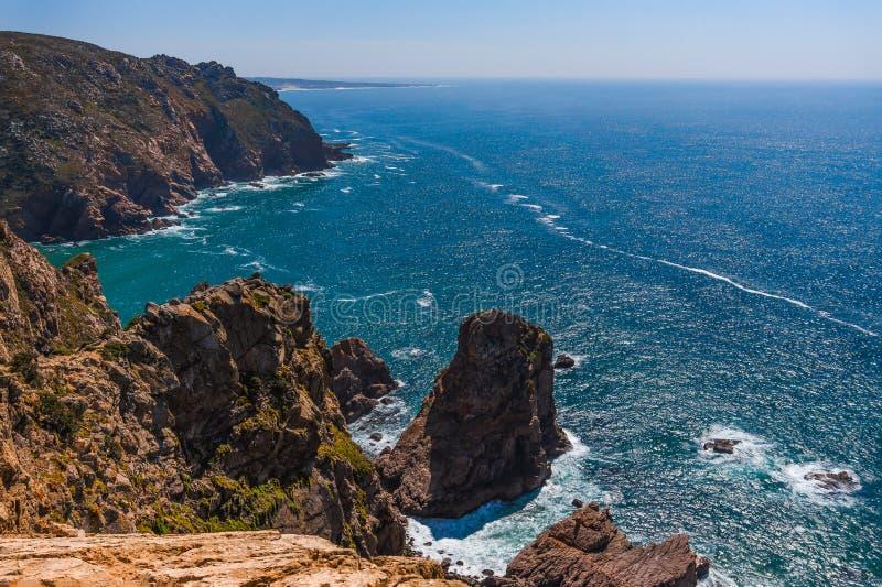 Landschap van rotsachtige kustlijn op Atlantische kust bij zonnige dag stock foto