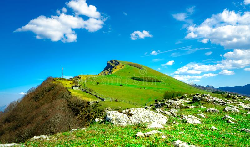 Landschap van rotsberg Heuvel met mooie hemel en witte wolken op zonnige dag Landbouwboerderij Dierlijk weiland Landschap stock fotografie