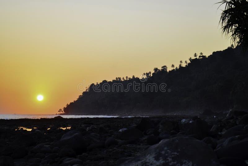 Landschap van schot van de het strandzonsondergang van het paradijs het tropische eiland Lampung, Indonesi? royalty-vrije stock afbeelding