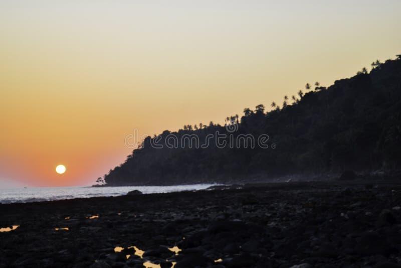 Landschap van schot van de het strandzonsondergang van het paradijs het tropische eiland Lampung, Indonesi? stock fotografie