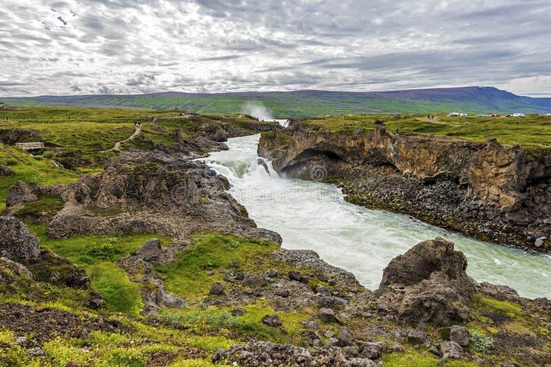 Landschap van Skjalfandafljot-rivier bij stroomafwaarts van Godafoss-waterval in IJsland royalty-vrije stock afbeelding