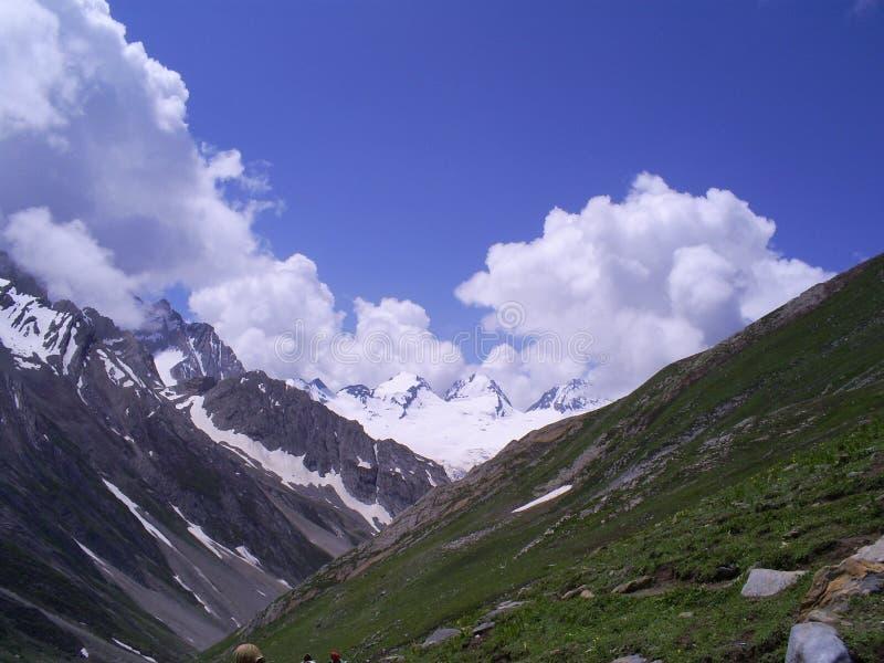 Landschap van sneeuw behandelde Himalayan-bergketen stock foto's