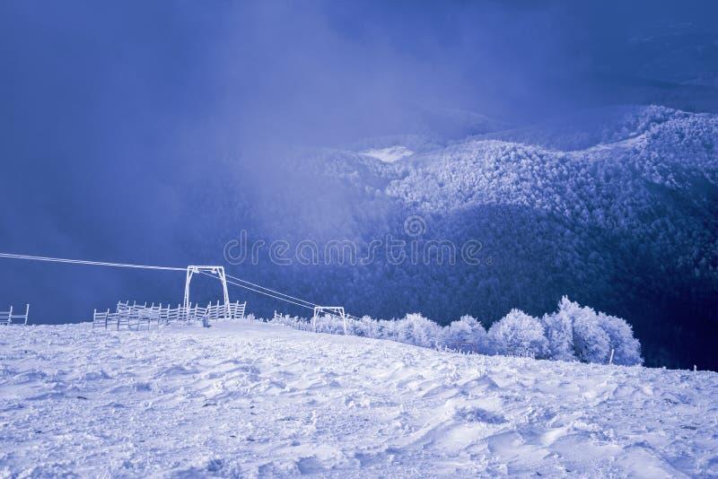 Landschap van sneeuwbergen, lift en omheining in 3-5 Pigadia, Naoussa, Griekenland stock foto