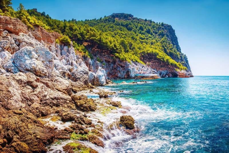 Landschap van tropische rotsachtige kustlijn op zonnige de zomer duidelijke dag Berg op overzees strand Tropische aard stock foto's