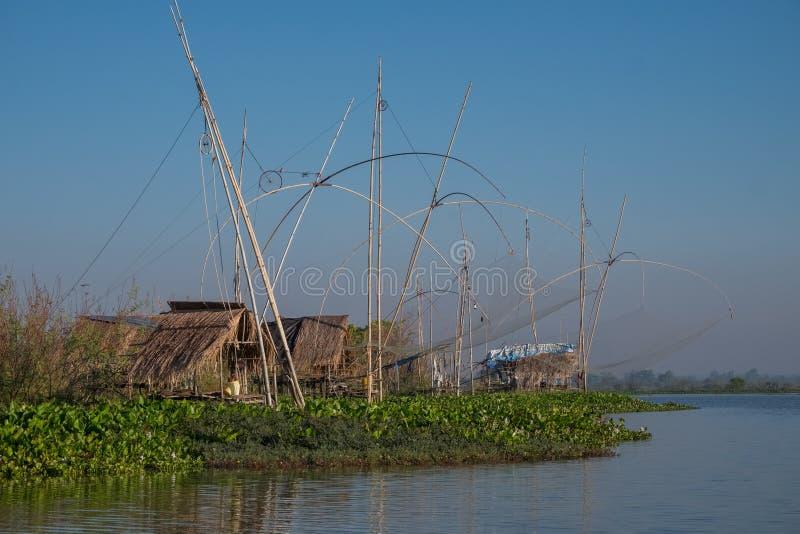 Landschap van vissers` s dorp in Thailand met een aantal geroepen visserijhulpmiddelen stock foto