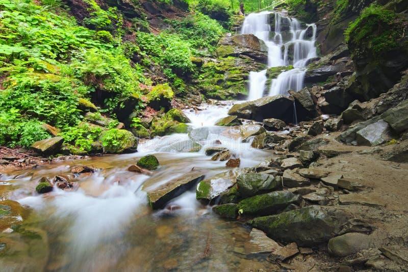 Landschap van waterval Shypit in de Oekraïense Karpatische Bergen op de lange blootstelling in de zomerochtend Zakarpattya, de Oe royalty-vrije stock foto