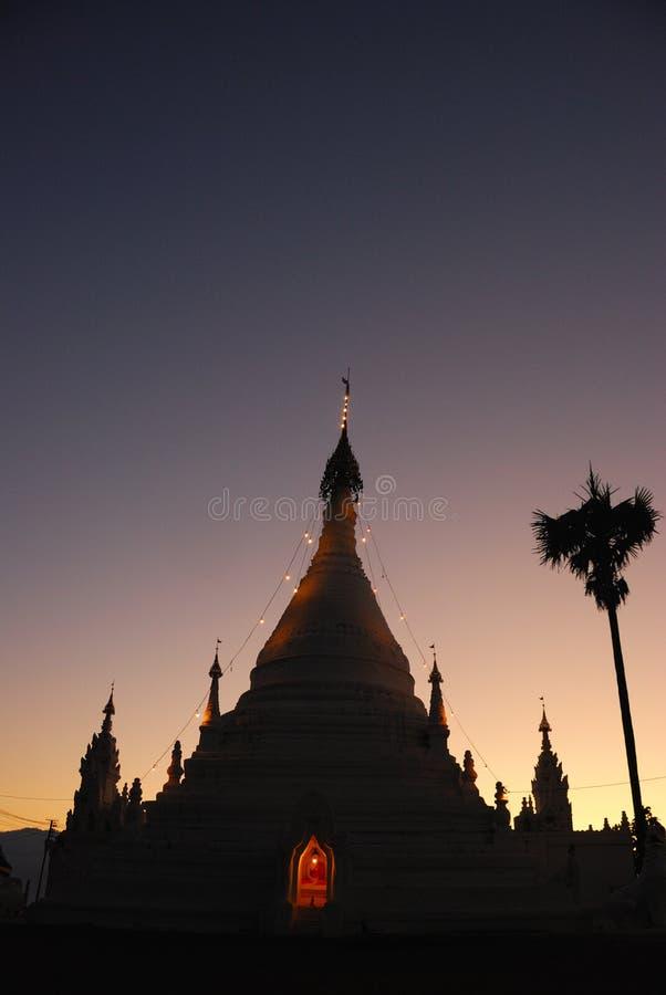 Landschap van witte pagode in schemeringtijd stock afbeeldingen