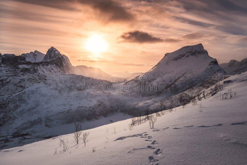Landschap van zonsopgang op sneeuwberg bij piek van Segla stock foto
