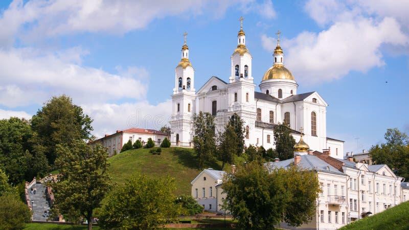 Landschap Vitebsk, Wit-Rusland De christelijke kathedraal op de berg en de rivier de Dvina tegen de troebele hemel royalty-vrije stock afbeelding